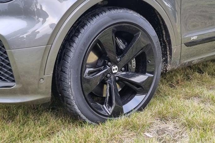Standard equipment includes 21-inch wheels.