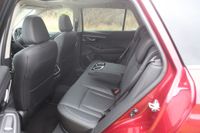 The rear bench is fitted with three anchor points for child seats and two ISOFIX anchor points for child safety devices.