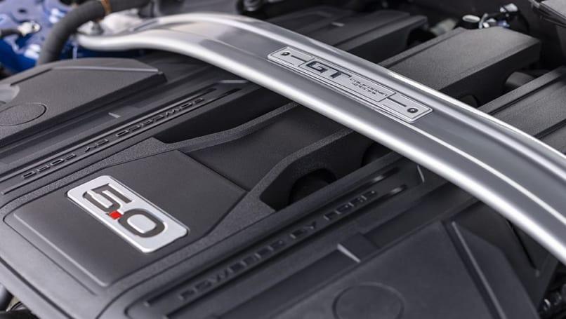 Specialul California are un motor V8 de 5.0L.