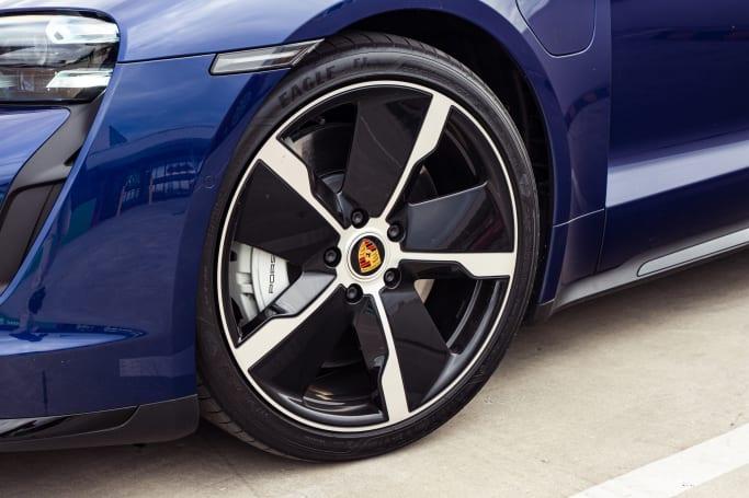 Lorsque vous pouvez lancer cette grosse et lourde Porsche dans quelques virages à grande vitesse, elle commence à rétrécir.
