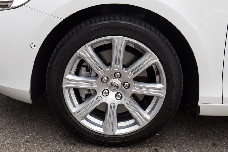 The T4 Inscription comes with 17-inch 'Sarpas' alloy wheels. (image credit: Richard Berry)