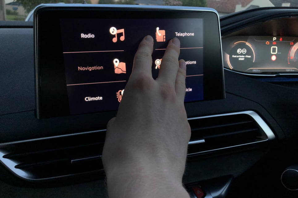 The touchscreen behaves inconsistently and its slider-functions are ludicrously unresponsive.