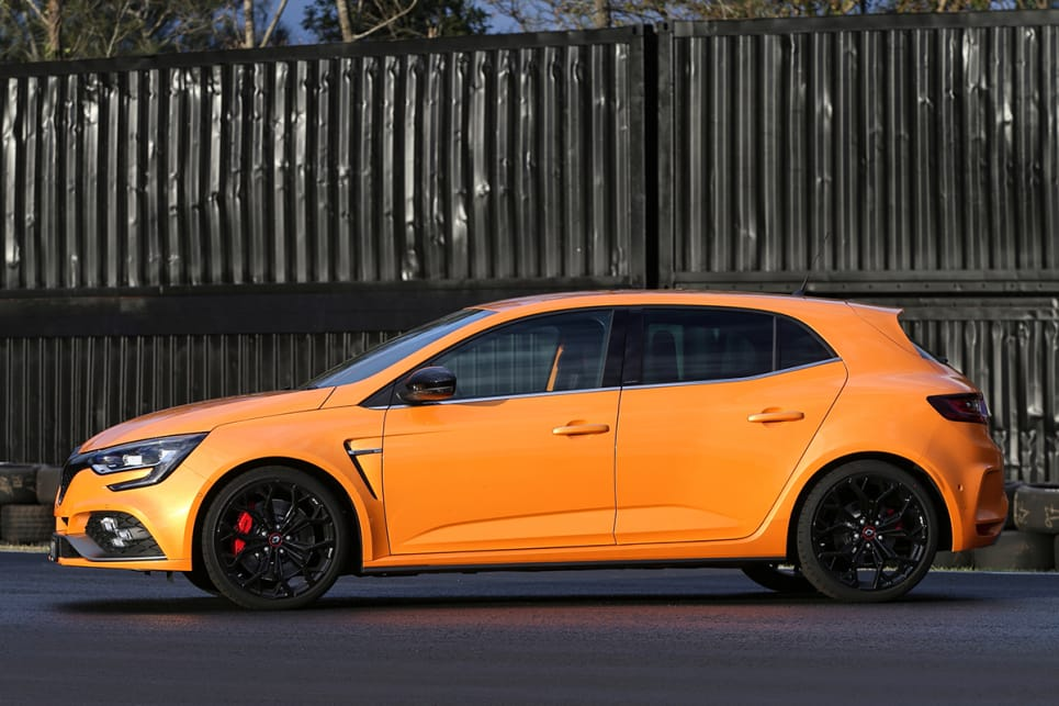 The body kit is completed by fatter and lower sills on either side, and other dimensions are largely the same as a regular Megane hatch. (manual transmission variant with Cup Pack pictured)