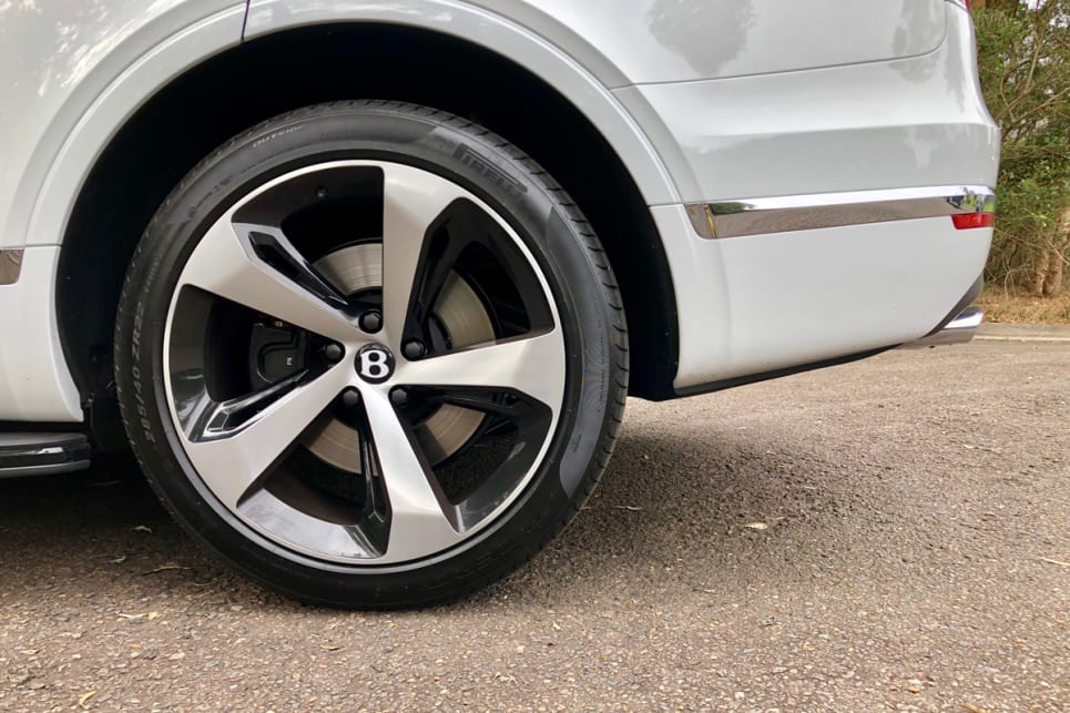 Exterior standard features include 21-inch wheels.