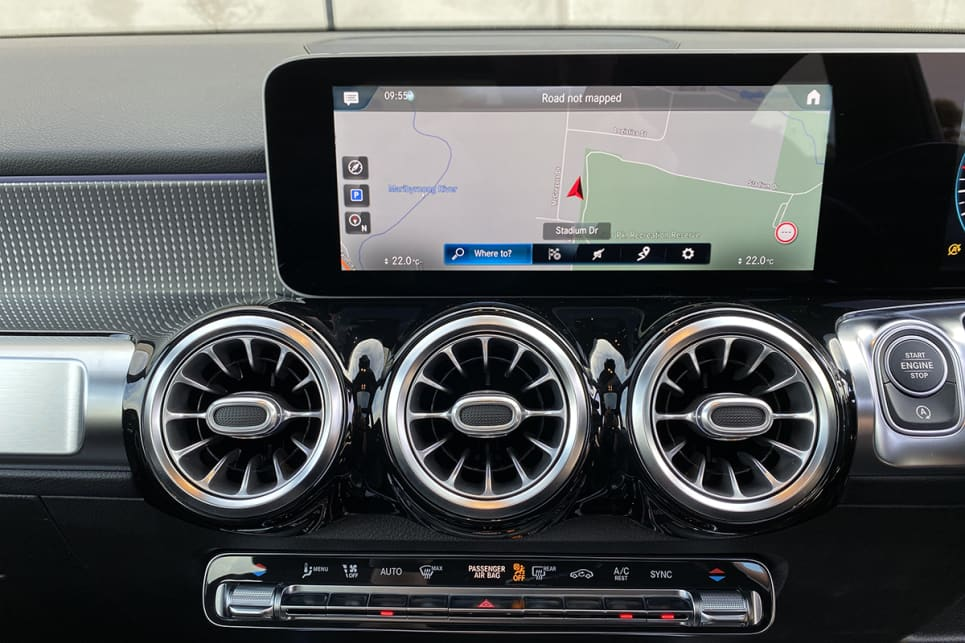 As expected, a pair of 10.25-inch high-resolution displays sit side by side proudly atop the dashboard. (image: Justin Hilliard)