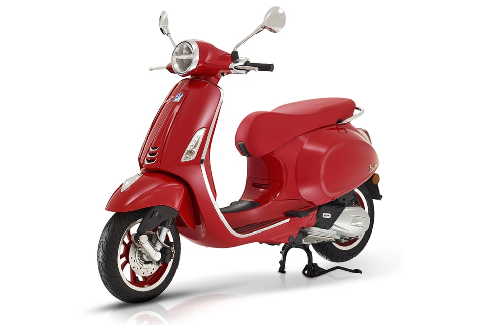 The Vespa Primavera 125 (RED) special edition gets Rosso paint and contrasting trim elements.