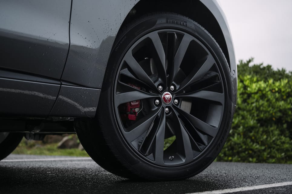 The SE features 22-inch wheels.