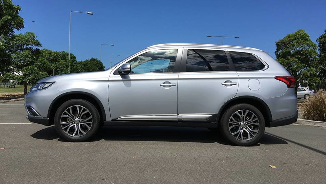 Mitsubishi Outlander LS Safety Pack AWD 2017 review | CarsGuide