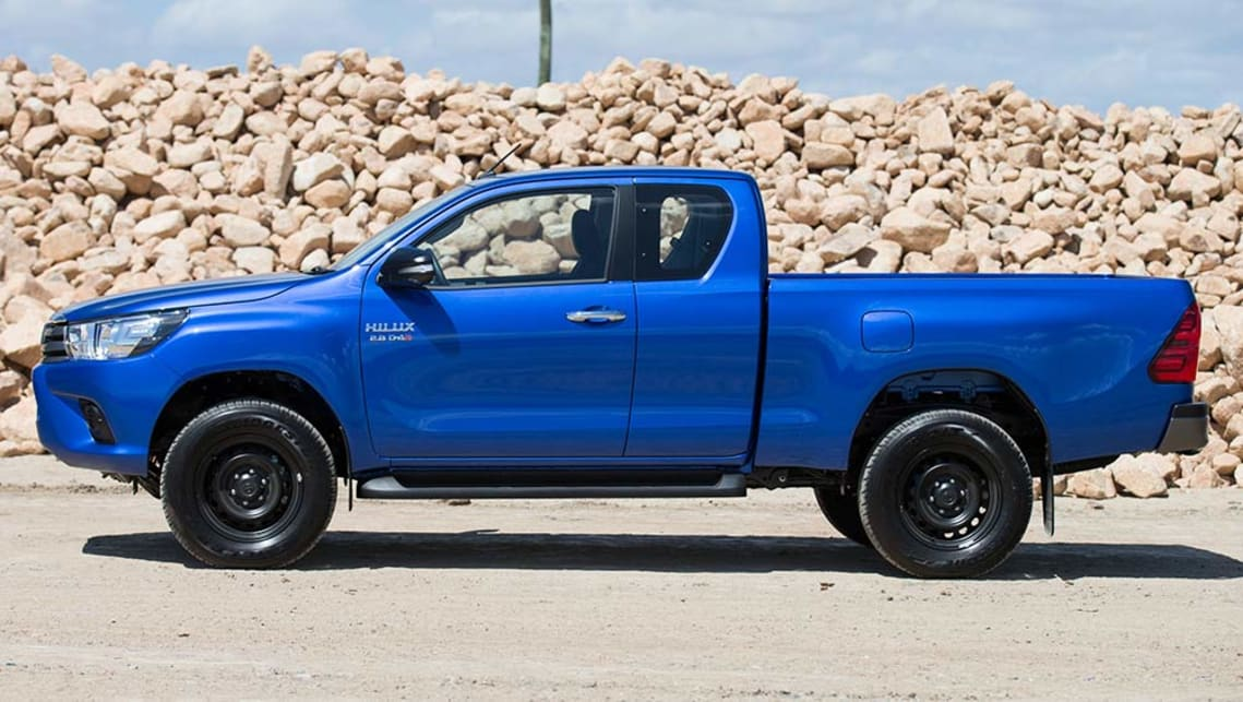 2015 Toyota HiLux SR extended-cab
